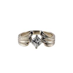 Balto aukso sužadėtuvių žiedas su Princesės formos deimantu