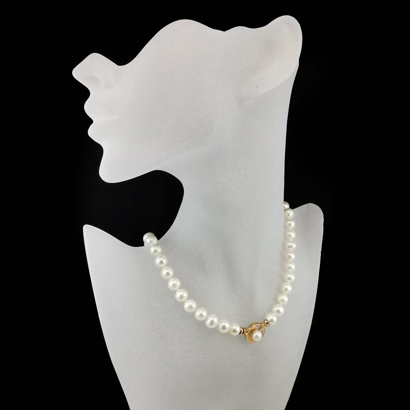 Perlų vėrinys su auksiniu užsegimu